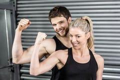 Coppie adatte che mostrano armi muscolari Fotografia Stock