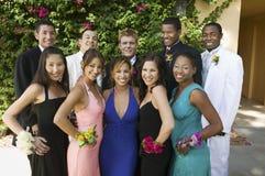 Coppie adolescenti ben vestito fuori del ritratto immagini stock