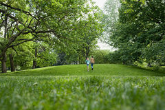 Coppie adolescenti che camminano in un parco Fotografie Stock Libere da Diritti
