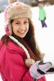 Coppie adolescenti che hanno lotta della palla di neve Fotografia Stock