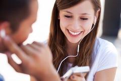 Coppie adolescenti con il giocatore mp3 Immagine Stock Libera da Diritti