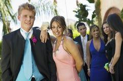 Coppie adolescenti Well-dressed che si levano in piedi all'aperto Immagini Stock
