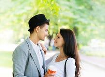 Coppie adorabili ad una data romantica in un parco Immagine Stock Libera da Diritti