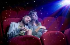 Coppie adorabili che guardano film 3D Immagine Stock