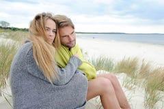Coppie adorabili in duna di sabbia - autunno, spiaggia della spiaggia romantica Immagine Stock