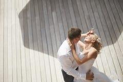 Coppie adorabili e splendide che baciano vicino all'area di stagno dopo le nozze Fotografia Stock Libera da Diritti