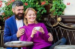 Coppie adorabili sposate che si rilassano insieme Corsa e vacanza Esplori il caff? ed i luoghi pubblici Caff? stringente a s? del immagine stock libera da diritti
