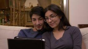 Coppie affettive felici che si siedono sulla video chiamata dello strato a casa che chiacchiera con i genitori e gli amici che on video d archivio