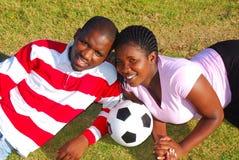 Coppie africane con la sfera di calcio Immagine Stock Libera da Diritti