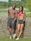 Coppie afroamericane atletiche ed adatte - facendo una pausa durante risolva fotografie stock libere da diritti
