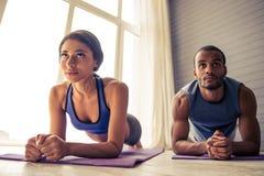 Coppie afroamericane che fanno yoga Fotografia Stock Libera da Diritti