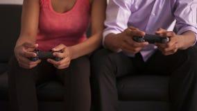 Coppie afroamericane che giocano i video giochi stock footage