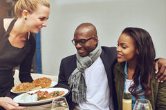 Coppie afroamericane che sono servite cena fotografia stock