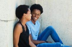 Coppie afroamericane di conversazione all'aperto Fotografia Stock