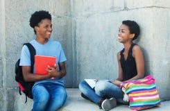Coppie afroamericane di conversazione dello studente Fotografia Stock