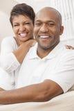 Coppie afroamericane felici della donna che si siedono a casa fotografie stock