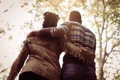 Coppie afroamericane in parco fotografie stock libere da diritti