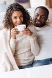 Coppie afroamericane positive cenando nel caffè immagini stock libere da diritti