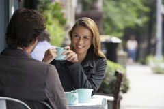 Coppie al caffè all'aperto Fotografie Stock
