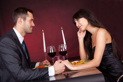 Coppie al pranzo romantico in ristorante Immagini Stock Libere da Diritti