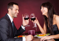 Coppie al pranzo romantico in ristorante Fotografia Stock