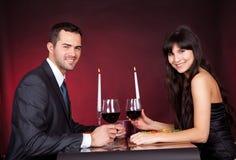 Coppie al pranzo romantico in ristorante immagine stock libera da diritti