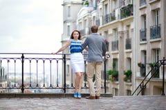 Coppie al punto di vista su Montmartre a Parigi fotografie stock