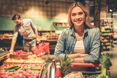 Coppie al supermercato fotografie stock libere da diritti