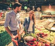 Coppie al supermercato fotografia stock libera da diritti
