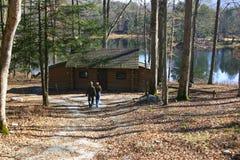 Coppie alla cabina della riva del lago Fotografie Stock