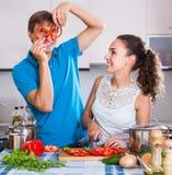Coppie alla cucina con le verdure alla tavola Immagine Stock Libera da Diritti