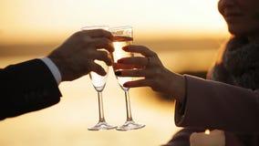 Coppie alla data romantica al ristorante della spiaggia al tramonto archivi video
