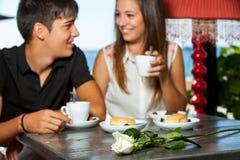 Coppie alla data romantica del caffè. fotografia stock