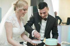 coppie alla moda di cerimonia di nozze nella chiesa antica Fotografia Stock Libera da Diritti