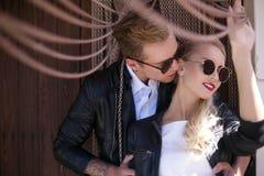 Coppie alla moda di nozze Sposa e sposo Ritratto esterno fotografia stock libera da diritti