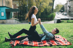 Coppie alla moda e amorose che godono al parco Fotografia Stock
