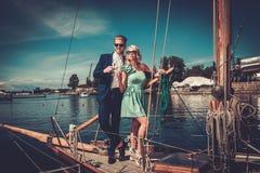 Coppie alla moda su un yacht Immagini Stock Libere da Diritti