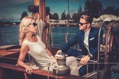 Coppie alla moda su un yacht Immagine Stock Libera da Diritti