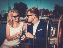 Coppie alla moda su un yacht fotografia stock