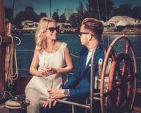 Coppie alla moda su un yacht Fotografia Stock Libera da Diritti