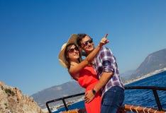 Coppie alla moda su un yacht di legno immagine stock