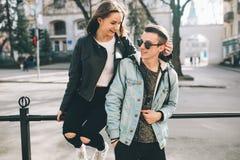 Coppie alla moda sulle vie Fotografie Stock Libere da Diritti