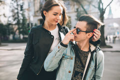 Coppie alla moda sulle vie Fotografia Stock