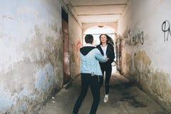 Coppie alla moda sulle vie Fotografia Stock Libera da Diritti