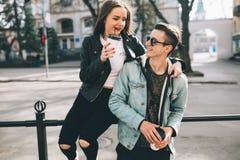 Coppie alla moda sulle vie che bevono caffè Fotografia Stock