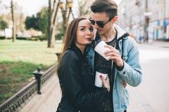 Coppie alla moda sulle vie che bevono caffè Immagini Stock Libere da Diritti