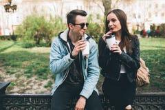 Coppie alla moda sulle vie che bevono caffè Fotografia Stock Libera da Diritti