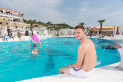 Coppie alla piscina che esamina la macchina fotografica fotografie stock libere da diritti
