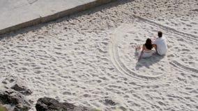 Coppie alla spiaggia stock footage