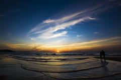 Coppie alla spiaggia Fotografia Stock